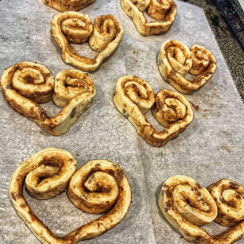 make heart cinnamon rolls